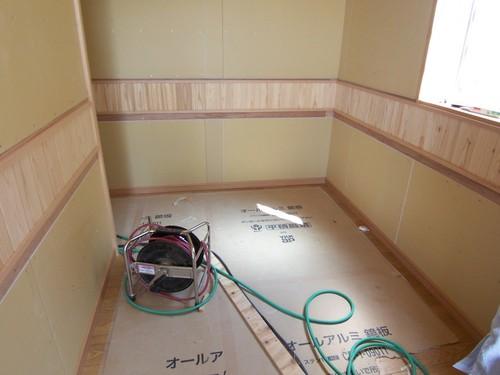 玄関の軒天に張った桧の板の切り残しを玄関ホールの腰に張りました
