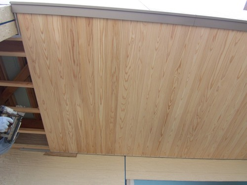 玄関の軒天に桧の板を張りました