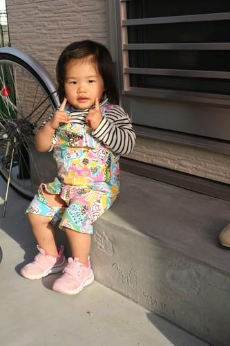 完成記念に娘さんの手型足型を勝手口踏み台につけた。